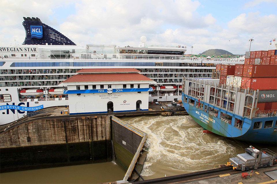 Vista-panoramica-de-un-grupo-de-barcos-transitando-por-la-esclusa-de-Miraflores-